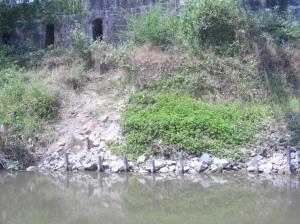 Gerusan pada tepi sungai di sekitar pangkal jembatan BH 3